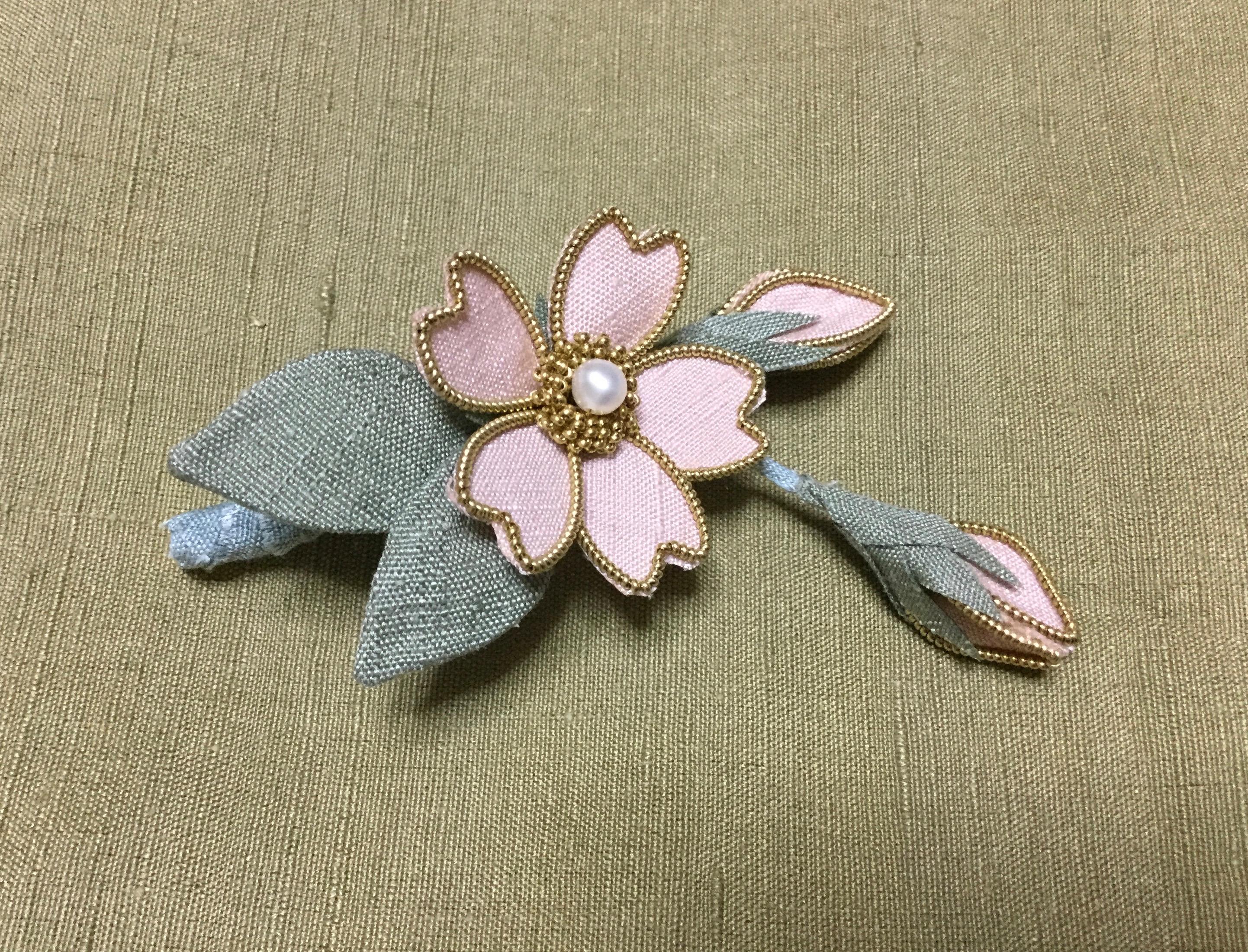 結城紬桜のブローチ