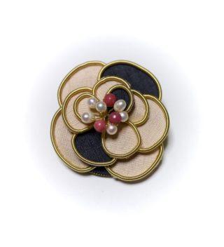 お花のブローチ結城紬